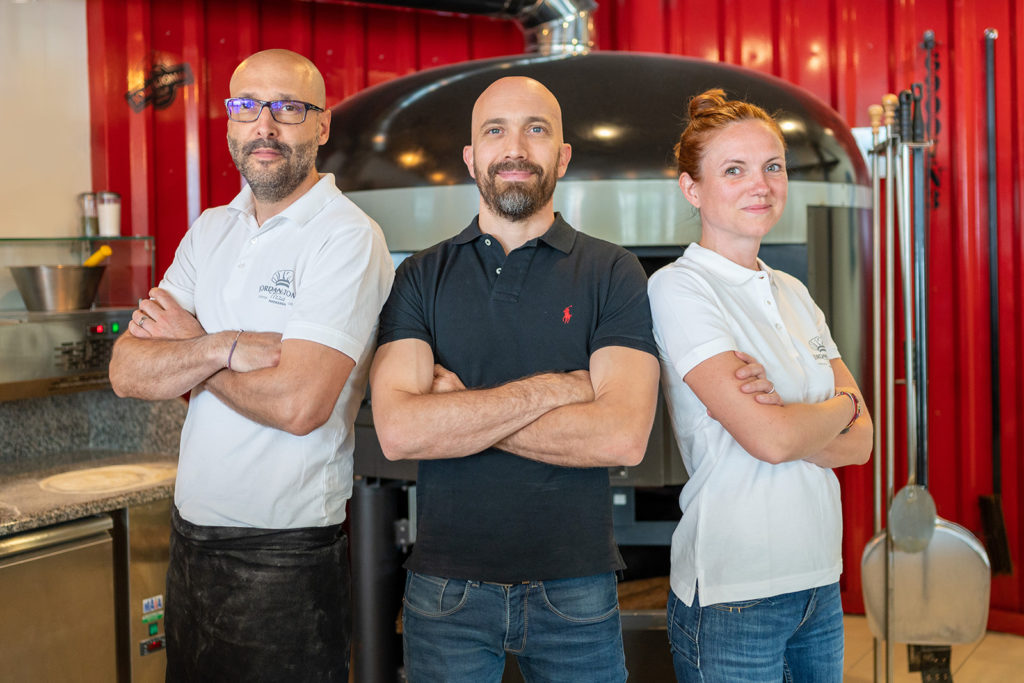 Jordan Tomas avec Romy et Alex, les gérants de la pizzéria de Lyon Gerland