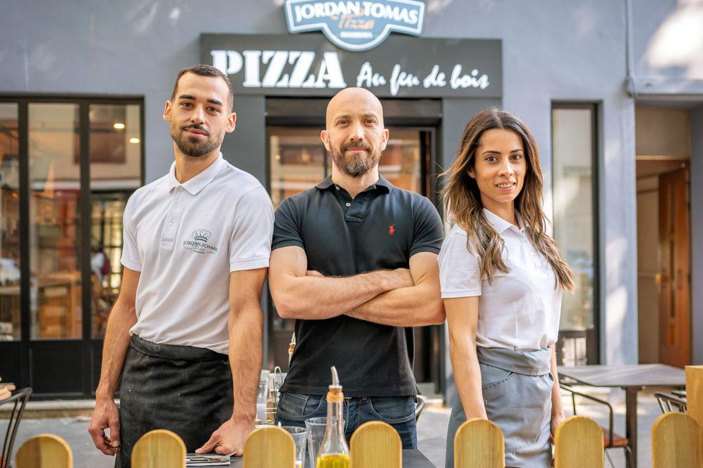 Jordan Tomas avec Nicolas et Audrey, les gérants de la pizzéria de Lyon Montchat