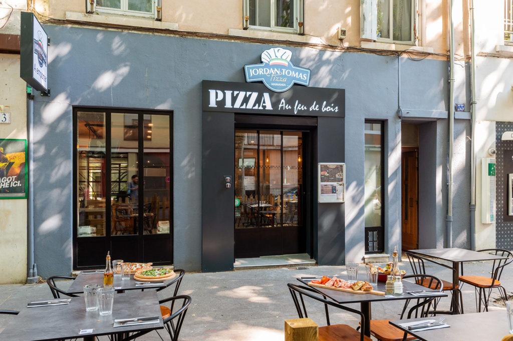 La terrasse et l'entrée de la pizzéria Jordan Tomas Pizza de Lyon Montchat